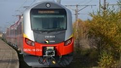 Nowy zmodernizowany pociąg wjeżdża na tory